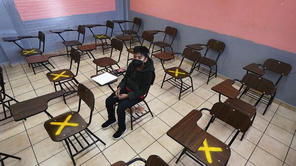 Ученик во время индивидуального занятия в школе в Истакалько, Мексика - Sputnik Азербайджан