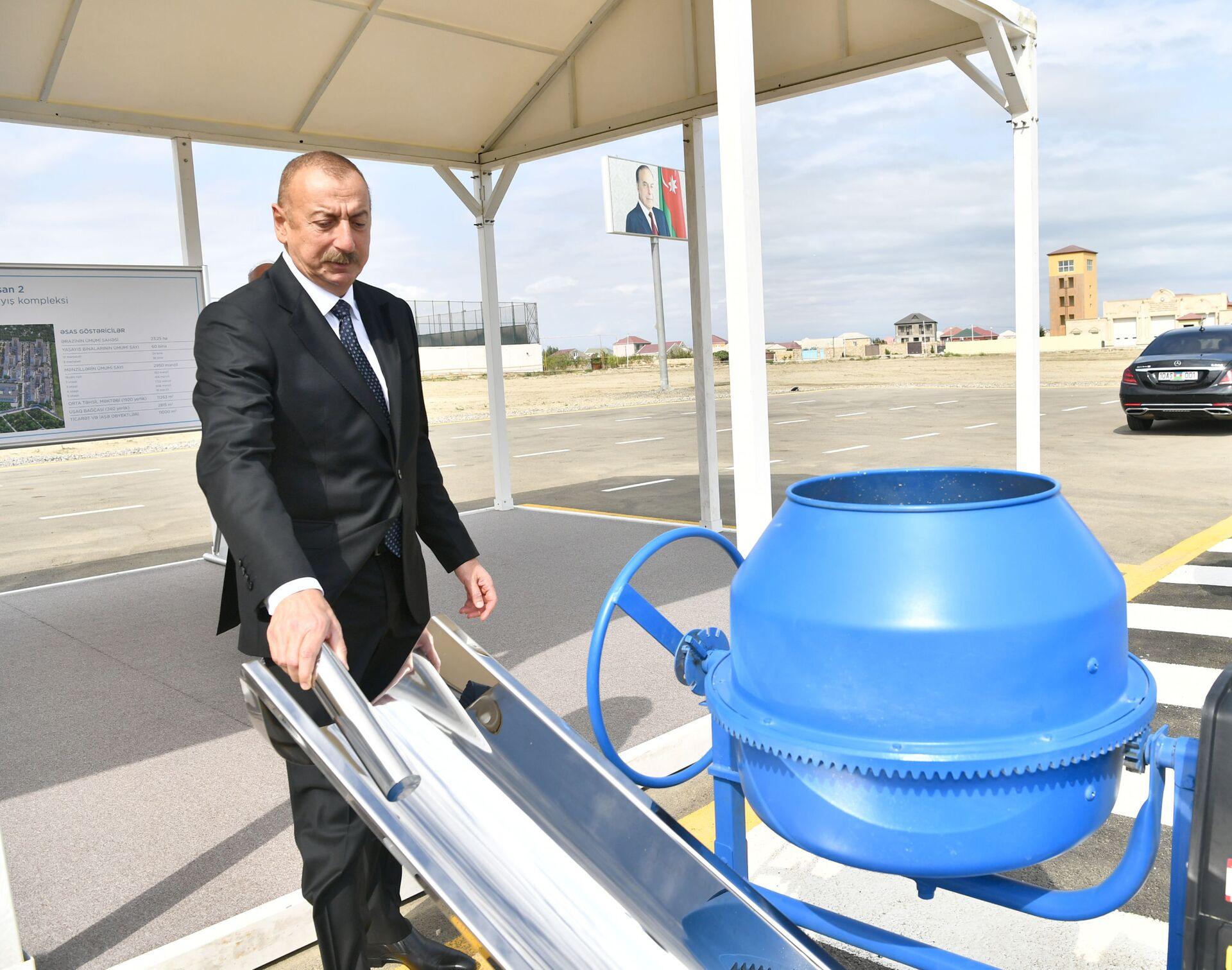 Президент Ильхам Алиев принял участие в закладке фундамента очередного жилого комплекса в рамках проекта льготного жилья в Сумгайыте - Sputnik Азербайджан, 1920, 01.10.2021