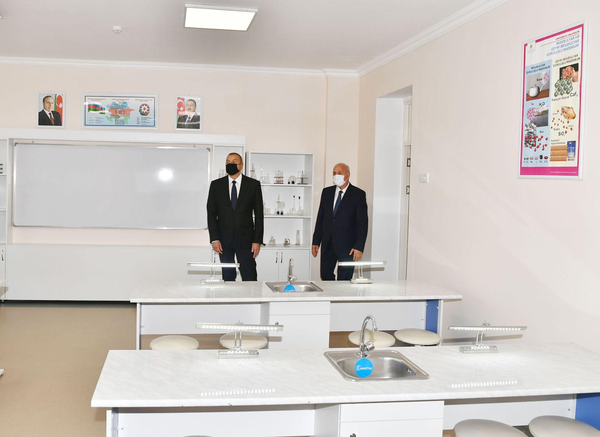 Президент Ильхам Алиев принял участие в сдаче в эксплуатацию средней школы номер 20 в Сумгайыте - Sputnik Азербайджан, 1920, 01.10.2021