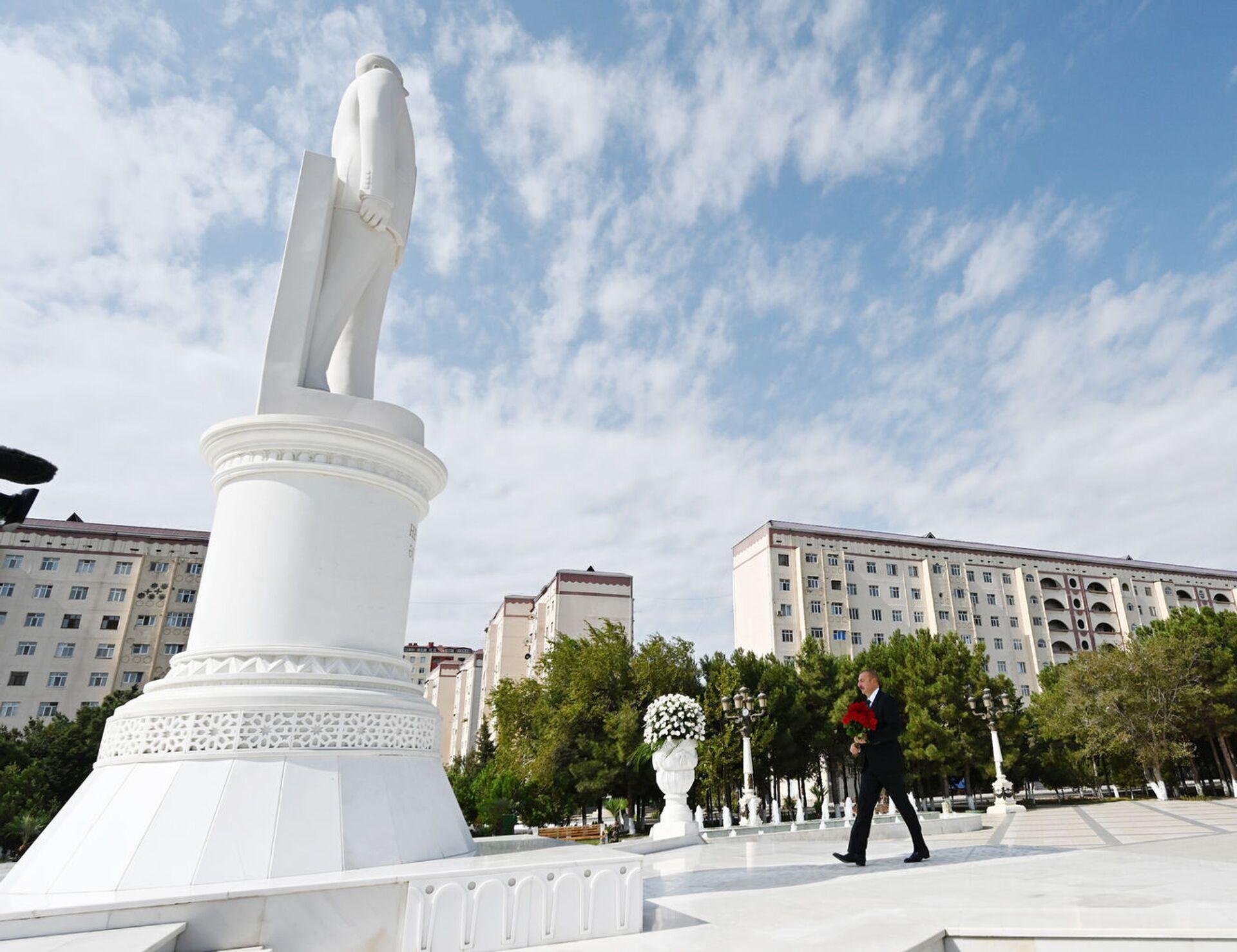 Президент Ильхам Алиев посетил в Сумгайыте памятник великому лидеру Гейдару Алиеву - Sputnik Азербайджан, 1920, 01.10.2021