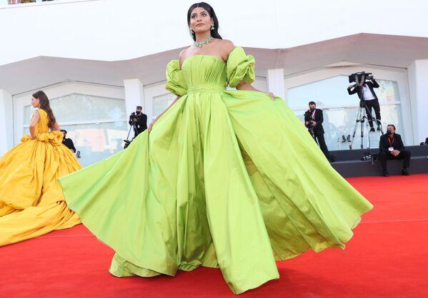 Модель индийского происхождения, основательница блога Woman of the World Фархана Боди на церемонии открытия 78-го Венецианского международного кинофестиваля. - Sputnik Азербайджан