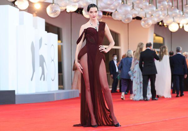 Итальянская модель Мариякарла Босконо на церемонии открытия 78-го Венецианского международного кинофестиваля. - Sputnik Азербайджан
