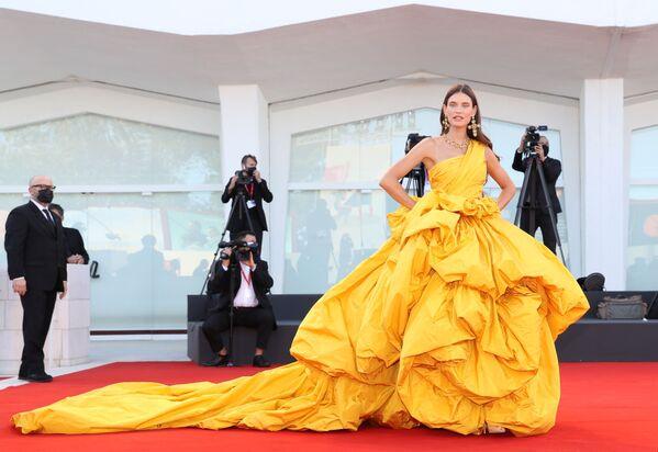 Итальянская модель Бьянка Балти на церемонии открытия 78-го Венецианского международного кинофестиваля. - Sputnik Азербайджан