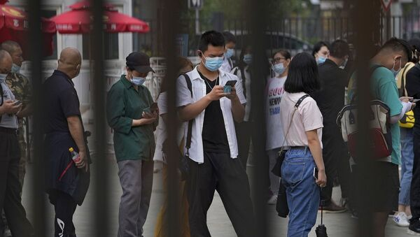 Люди в масках на улице в Пекине - Sputnik Азербайджан