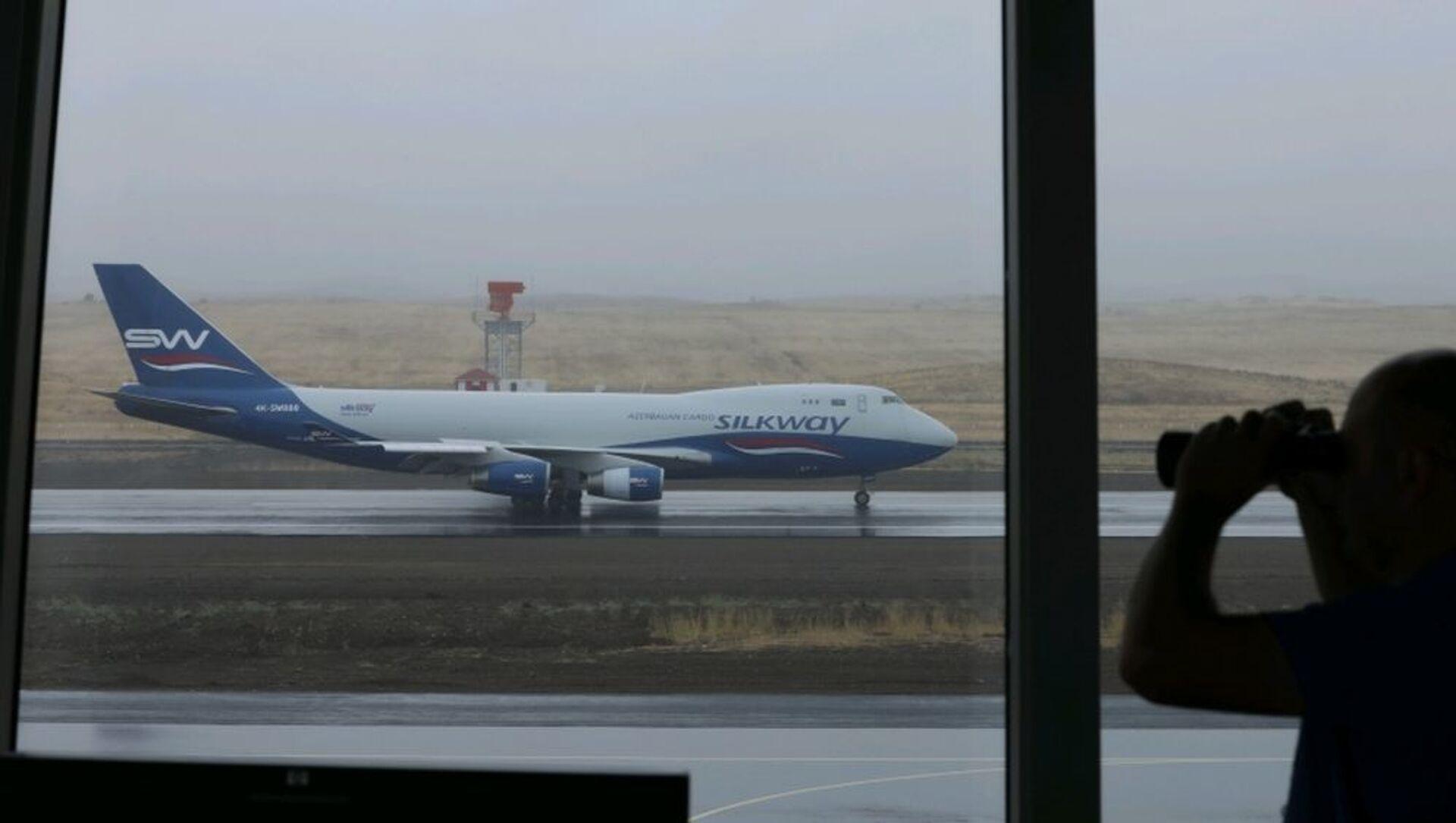 Azərbaycanın Silk Way aviaşirkətinə məxsus ən böyük yük təyyarələrindən biri olan Boeing 747-400 - Sputnik Azərbaycan, 1920, 05.09.2021