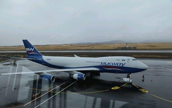 Azərbaycanın Silk Way aviaşirkətinə məxsus ən böyük yük təyyarələrindən biri olan Boeing 747-400 - Sputnik Azərbaycan