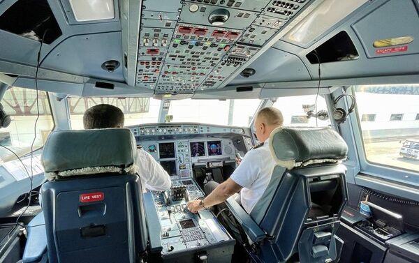 Azərbaycan Hava Yollarına məxsus ən böyük Airbus A340-500 tipli sərnişin təyyarəsi  - Sputnik Azərbaycan