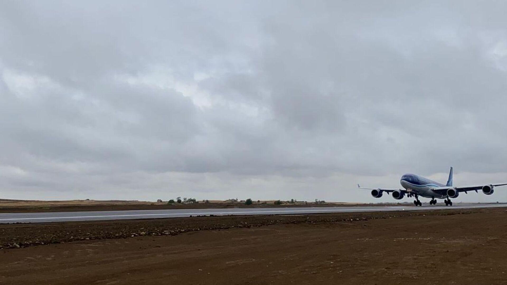 Bakıdan uçan Azərbaycan Hava Yolları na məxsus ən böyük Airbus A340-500 - Sputnik Azərbaycan, 1920, 05.09.2021