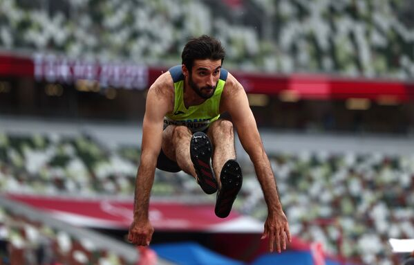 Легкоатлет Орхан Асланов в прыжках в длину поднялся на высшую ступень пьедестала почета с результатом 7,36 метра. - Sputnik Азербайджан