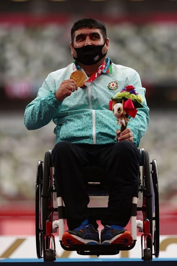 Эльвин Астанов (толкание ядра) побил мировой рекорд с результатом 8,77 метра и завоевал золото Паралимпийских игр Токио-2020. - Sputnik Азербайджан