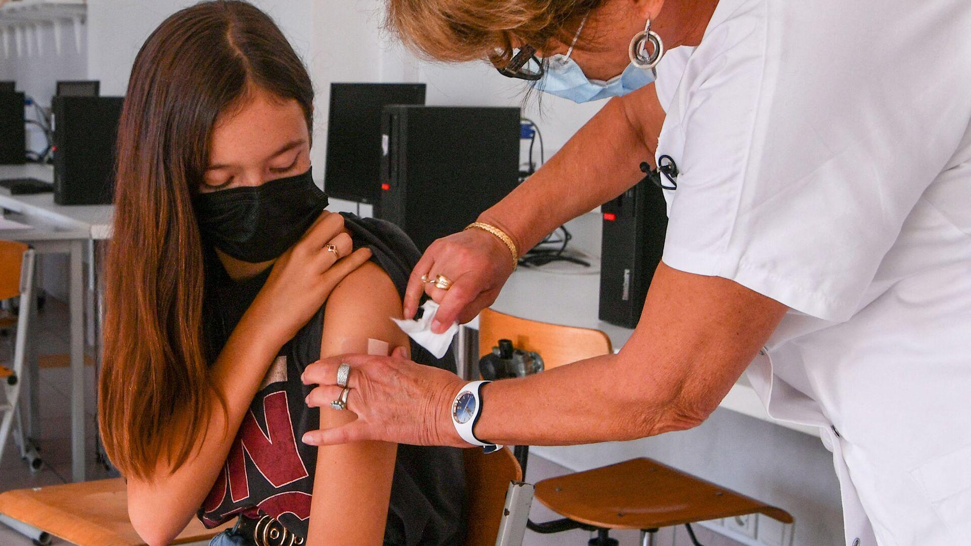 Вакцинация подростка от коронавируса, фото из архива - Sputnik Azərbaycan, 1920, 13.10.2021