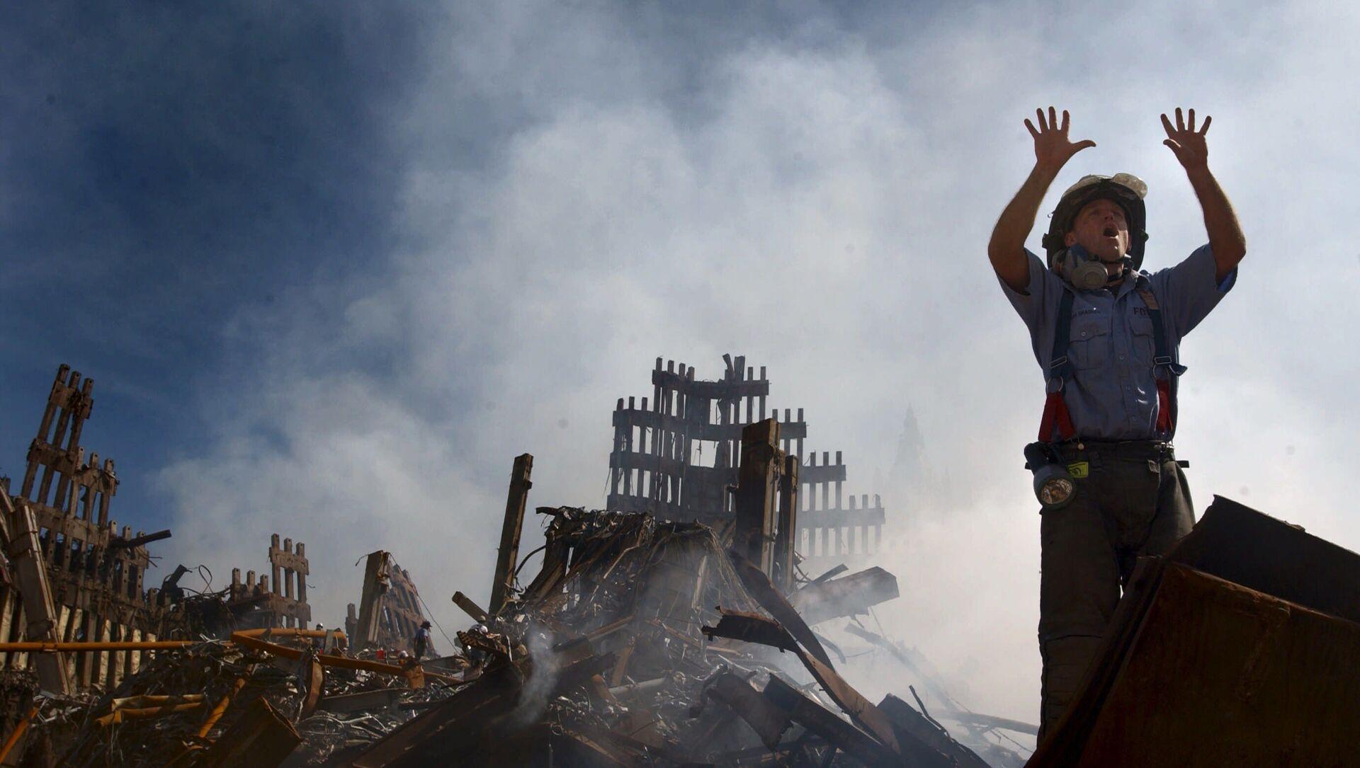 Пожарный на месте теракта 11 сентября 2001 года в Нью-Йорке - Sputnik Azərbaycan, 1920, 06.09.2021