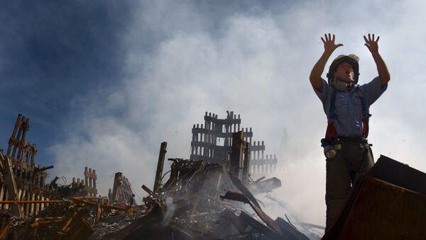 Пожарный на месте теракта 11 сентября 2001 года в Нью-Йорке - Sputnik Azərbaycan