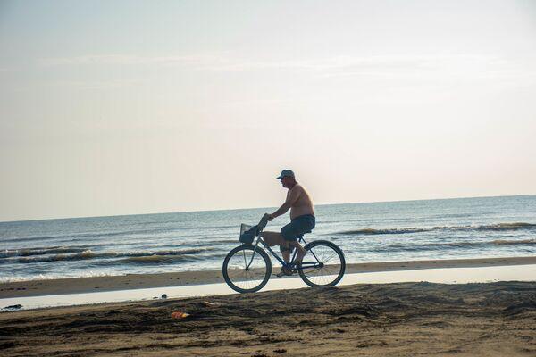 Yaş qum üzərində velosiped sürmək də bir zövqdür. - Sputnik Azərbaycan