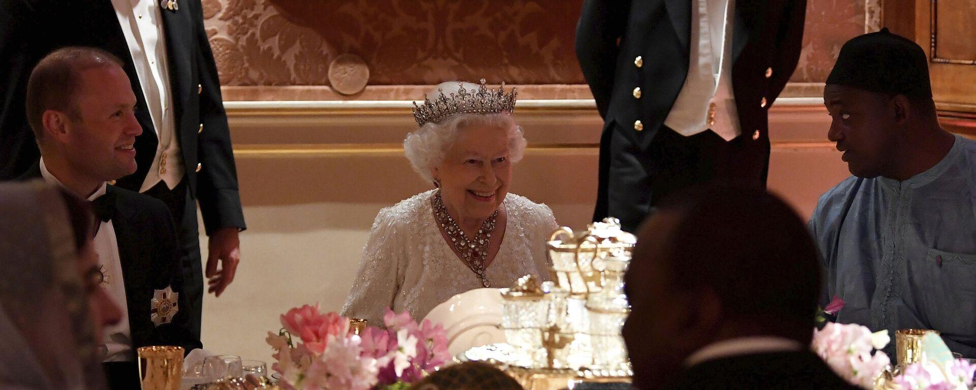 Королева Великобритании Елизавета II во время обеда в Букингемском дворце - Sputnik Азербайджан, 1920, 07.09.2021