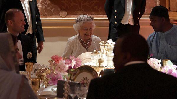 Королева Великобритании Елизавета II во время обеда в Букингемском дворце - Sputnik Азербайджан