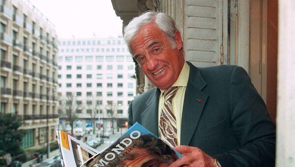 Актер Жан-Поль Бельмондо с книгой о себе, 1996 год - Sputnik Азербайджан