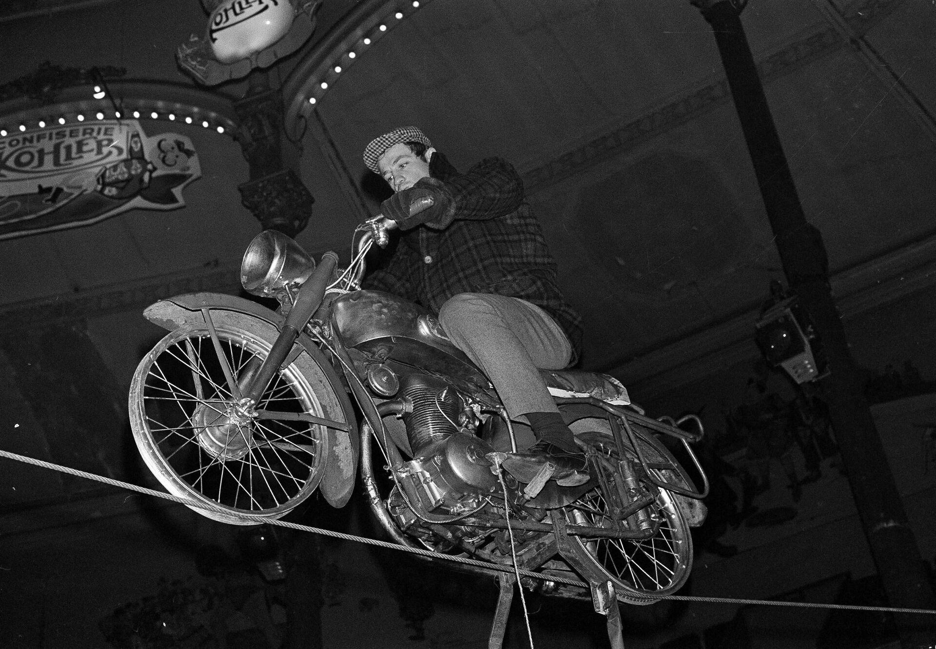 Жан-Поль Бельмондо репетирует свое выступление на мотоцикле в Цирке Медрано в Париже, 1963-й год - Sputnik Азербайджан, 1920, 01.10.2021