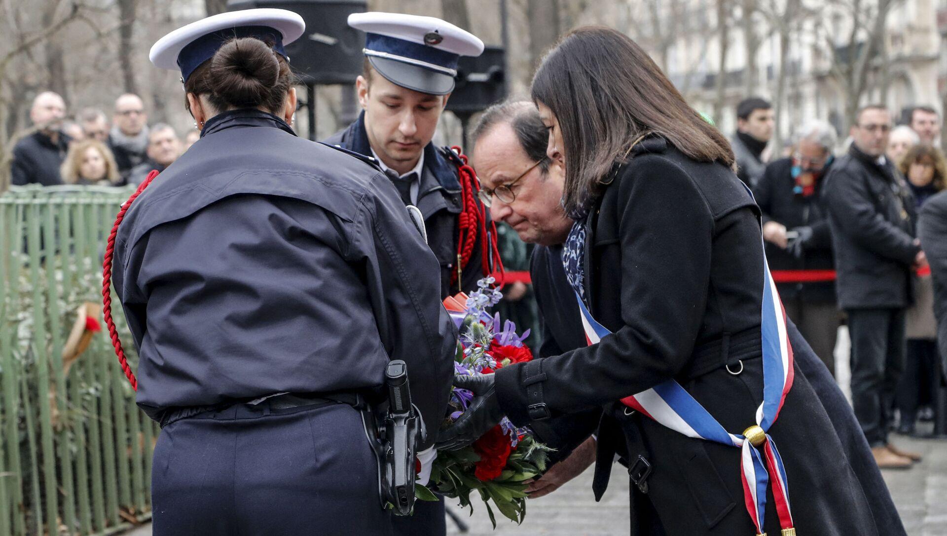 Франсуа Олланд во время церемонии возложения цветов и венков в память о жертвах терактов в Париже - Sputnik Азербайджан, 1920, 08.09.2021