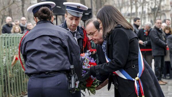 Франсуа Олланд во время церемонии возложения цветов и венков в память о жертвах терактов в Париже - Sputnik Азербайджан
