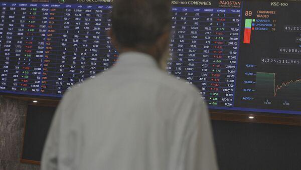 Электронное табло, отображающее индексы мировой экономики, фото из архива - Sputnik Азербайджан