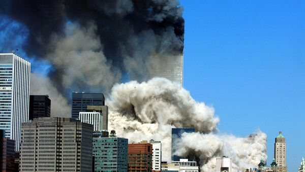 Дым после обрушения первой из двух башен Всемирного торгового центра 11 сентября 2001 года - Sputnik Азербайджан