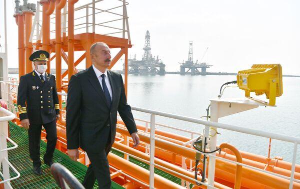 """Prezident İlham Əliyev """"Kəlbəcər"""" neftdaşıyan tankerin istismara verilməsi mərasimində - Sputnik Azərbaycan"""