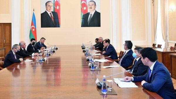 Во время встречи премьер-министра АР Али Асадова с делегацией, возглавляемой генсеком Совета Багдадом Амреевым. - Sputnik Азербайджан
