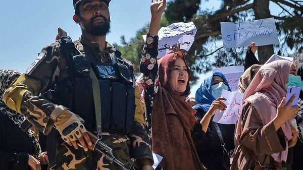 Афганские женщины выкрикивают лозунги рядом с боевиками Талибана во время антипакистанской демонстрации у посольства Пакистана в Кабуле - Sputnik Azərbaycan