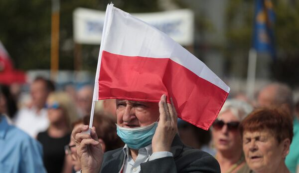 Мужчина с флагом Польши в Варшаве, фото из архива - Sputnik Азербайджан