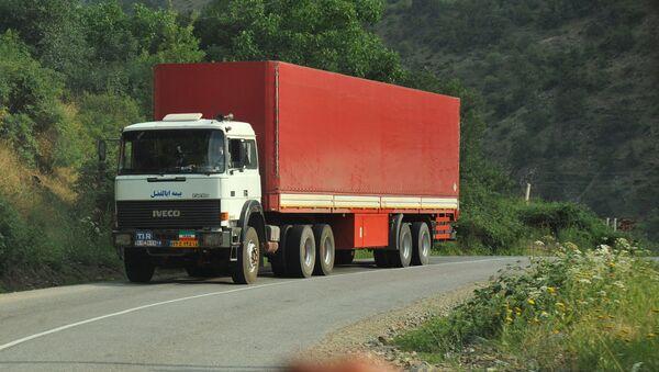 Иранский грузовик на трассе в Мегри, где пересекаются границы Азербайджана, Армении, Турции и Ирана, фото из архива - Sputnik Азербайджан