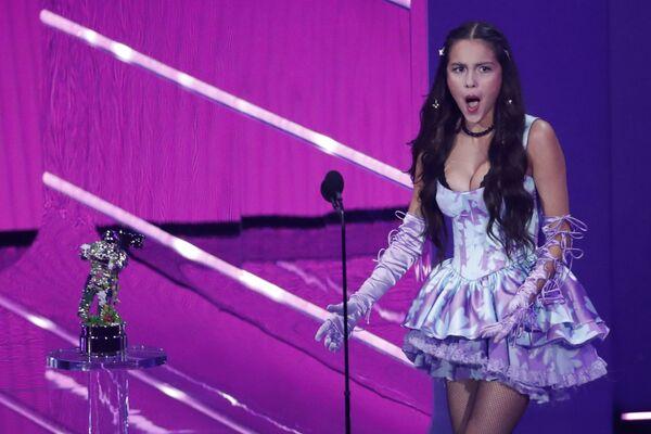 Amerikalı aktrisa və müğənni Oliviya Rodriqo MTV Video Music Awards 2021 tədbirində. - Sputnik Azərbaycan