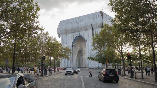 Вид на Триумфальную арку Обернутую в серебристо-синюю ткань - Sputnik Азербайджан
