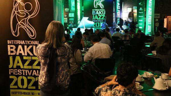 Джазовые музыканты Эльвин Баширов, Руслан Гусейнов и Исфар Сарабский выступили совместным концертом  - Sputnik Азербайджан
