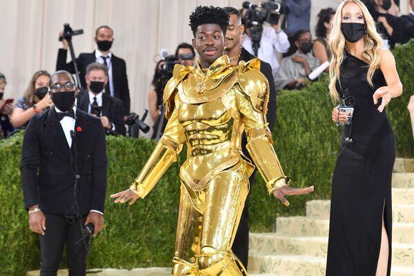 Американский рэпер Lil Nas X прибывает на Met Gala 2021, США. - Sputnik Азербайджан