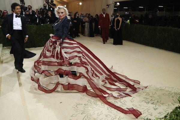 Американский модельер Зак Позен и американская певица и актриса Дебора Харри на Met Gala 2021 в Нью-Йорке. - Sputnik Азербайджан