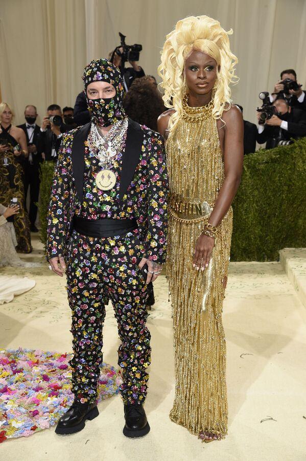 Колумбийский певец Джей Бальвин и американская трансвестит и модель Саймон на Met Gala 2021 в Нью-Йорке. - Sputnik Азербайджан