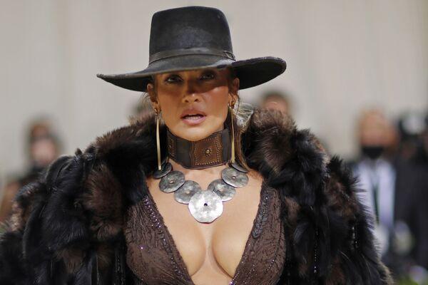 Американская актриса, певица, танцовщица, модельер и продюсер Дженнифер Лопес на Met Gala 2021 в Нью-Йорке. - Sputnik Азербайджан