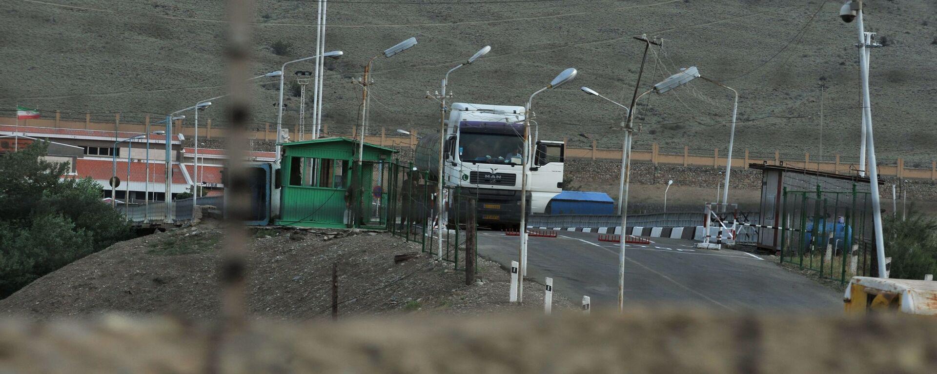 Иранский грузовик на трассе в Мегри, где пересекаются границы Азербайджана, Армении, Турции и Ирана, фото из архива - Sputnik Азербайджан, 1920, 24.09.2021