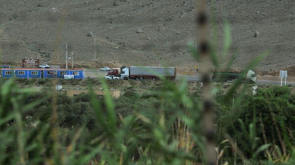 Грузовик на трассе в Мегри, где пересекаются  границы Азербайджана, Армении, Турции и Ирана, фото из архива - Sputnik Азербайджан