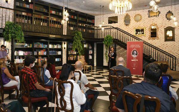 В Бакинском книжном центре состоялся восьмой вечер проекта Ираны Гасымовой «Классика поэзии с Ираной Гасымовой»,  - Sputnik Азербайджан