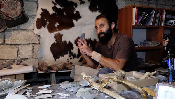 Вперед в прошлое: историк из Азербайджана делает реплики орудий труда эпохи неолита - Sputnik Азербайджан