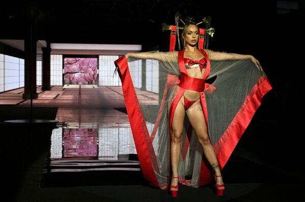 Model İspaniyanın Madrid şəhərində keçirilən Mercedes Benz moda həftəsində dizayner Andres Sardanın kolleksiyasından olan yeni geyimləri nümayiş etdirir. - Sputnik Azərbaycan