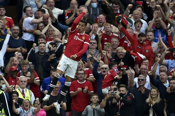 Криштиану Роналду радуется забитому голу во время футбольного матча на стадионе Олд Траффорд в Манчестере, Англия. - Sputnik Азербайджан