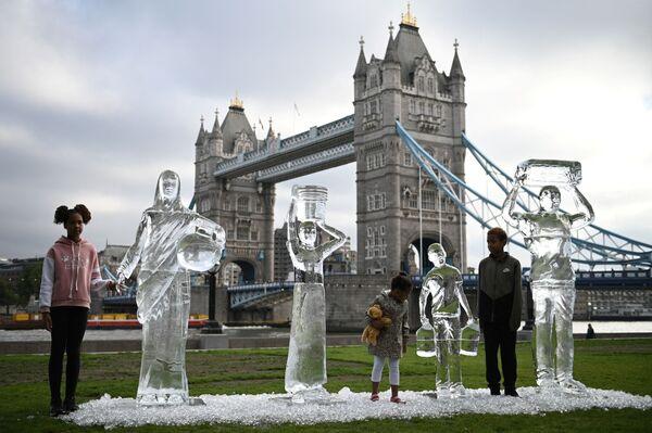 Дети у ледяных скульптур в Лондоне. - Sputnik Азербайджан