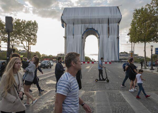 Люди идут к Триумфальной арке в Париже. - Sputnik Азербайджан