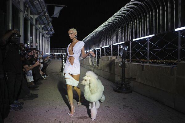 Коллекция LaQuan Smith представлена во время Недели моды в Нью-Йорке - Sputnik Азербайджан
