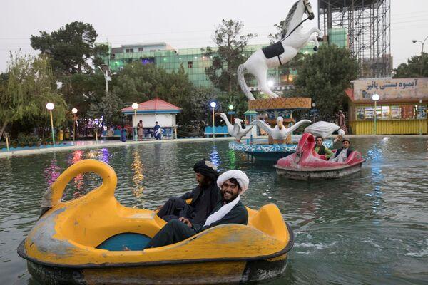 Афганские мужчины катаются на водных велосипедах в парке в Герате. - Sputnik Азербайджан