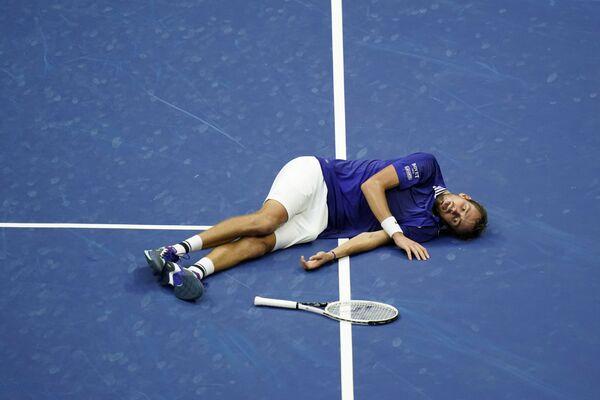 Теннисист Даниил Медведев из России на корте после победы над Новаком Джоковичем из Сербии в финале мужского одиночного разряда Открытого чемпионата США по теннису в Нью-Йорке. - Sputnik Азербайджан