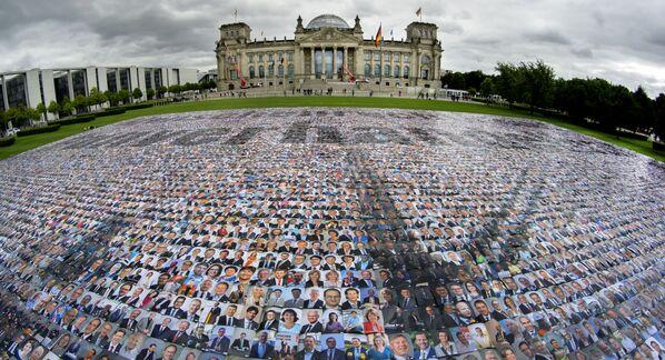 Портреты политиков размещены перед зданием Рейхстага, где размещается Бундестаг федерального парламента Германии, агитационной группой #unverhandelbar в Берлине, Германия, в знак протеста против нарушения прав человека на границе Европы. - Sputnik Азербайджан